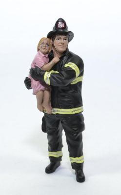 Figurine pompier americain avec bebe dans les bras USA
