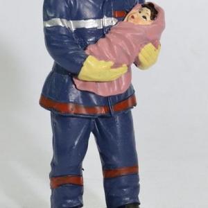Figurine d'un Sapeur Pompier français avec un enfant dans les bras