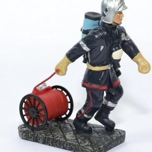 Figurine Sapeur Pompier avec dévidoir de tuyaux