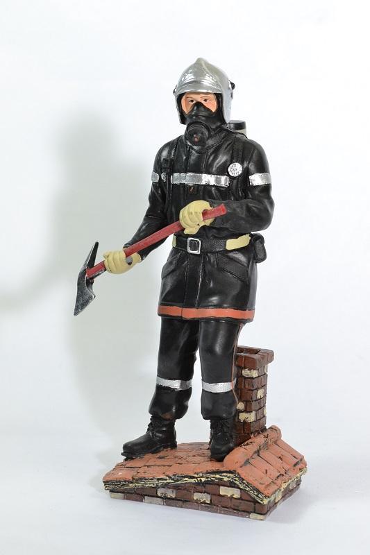 Figurine sapeur pompier hache toit 21cm pom032 autominiature01 2
