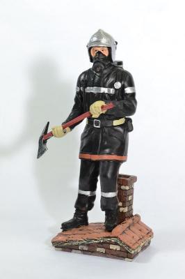 Figurine Sapeur Pompier debout avec hache sur un toit