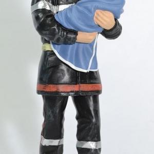 Figurine Sapeur Pompier portant un bébé