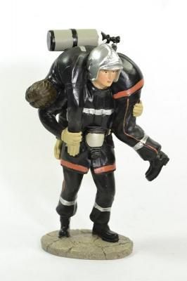 Figurine Sapeur Pompier Sauveteur portant un Sapeur Pompier avec ARI