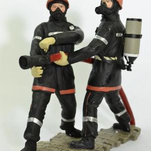 Figurines 2 Jeunes Sapeurs Pompiers avec lance incendie LDV jet horizontal