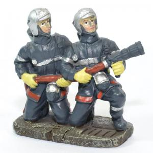 Figurines 2 Sapeurs Pompiers accroupis avec lance LDV