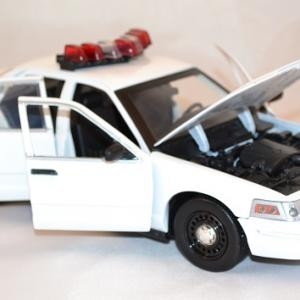 Ford crown police 2001 greenlight 1 18 autominiature01 3
