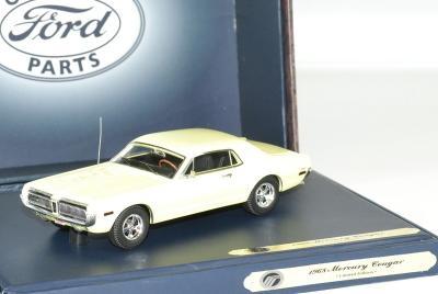 Ford Mercury cougar 1968 jaune dans une boite de présentation